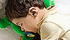 ילד ישן עם מוצץ ובובות (צילום: istockphoto ,istockphoto)